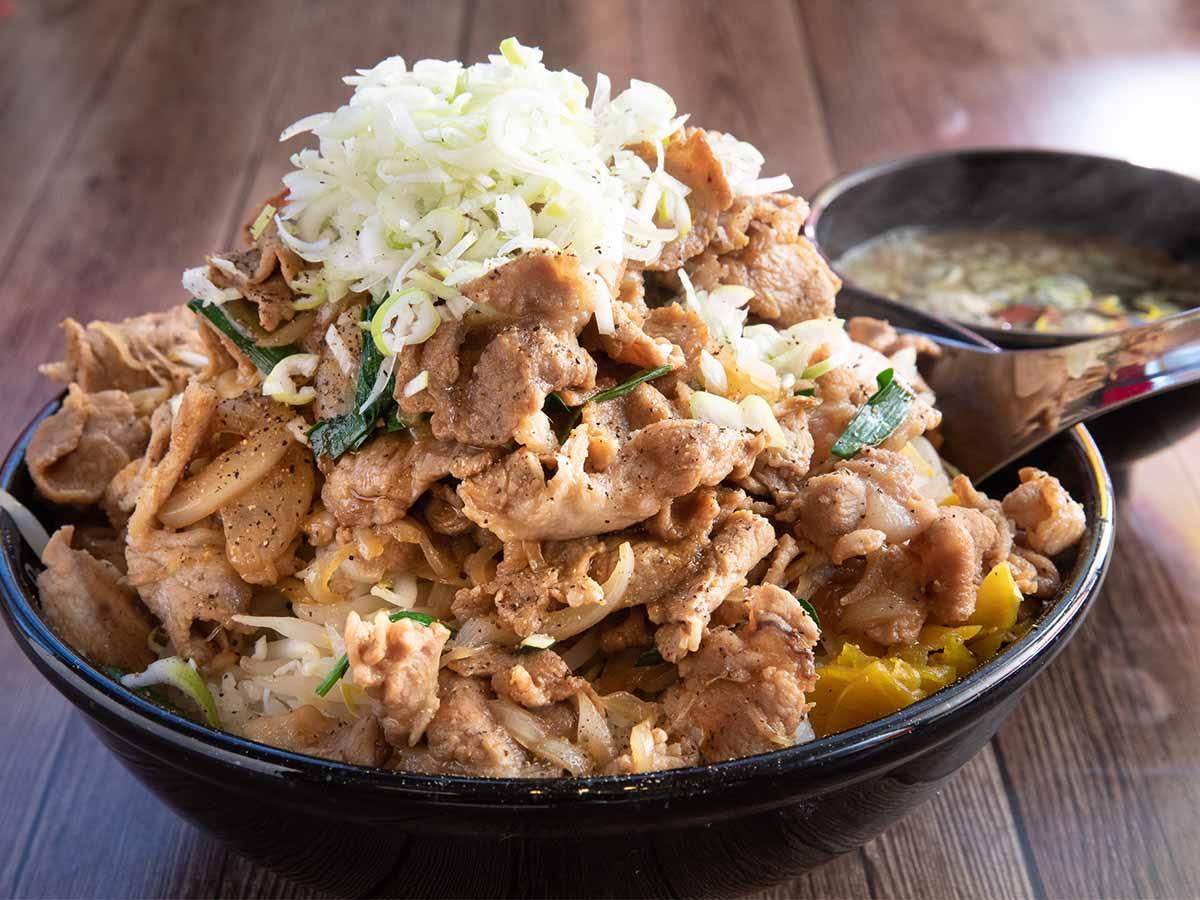 約2.4kgの肉の山!『五代目麺や蝦夷』(高坂)の超デカ盛り「焼肉丼」を食べてきた