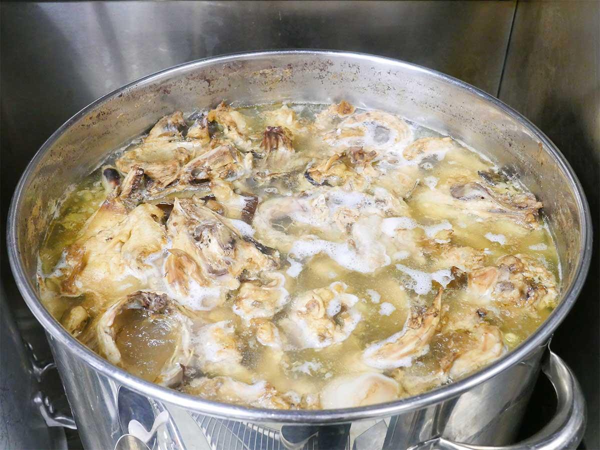 スープの一部。厨房でもひときわ存在感のある寸胴には鶏をはじめとした様々な食材が
