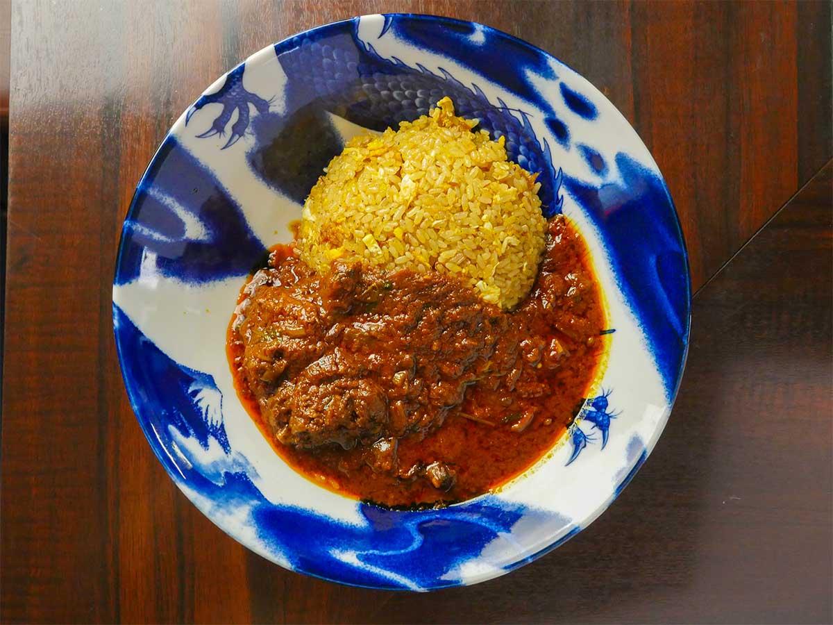 「カレーチャーハン」(キーマカレーのカレーチャーハン1000円、写真のポークビンダルのカレーチャーハンは1150円)。ツヤッツヤ、褐色のルーにゴロッとした肉。これ、絶対に美味しいでしょ!