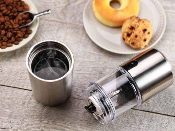 部屋でも野外でも挽きたてコーヒーが味わえる「ポータブル電動コーヒーミル」が便利すぎる
