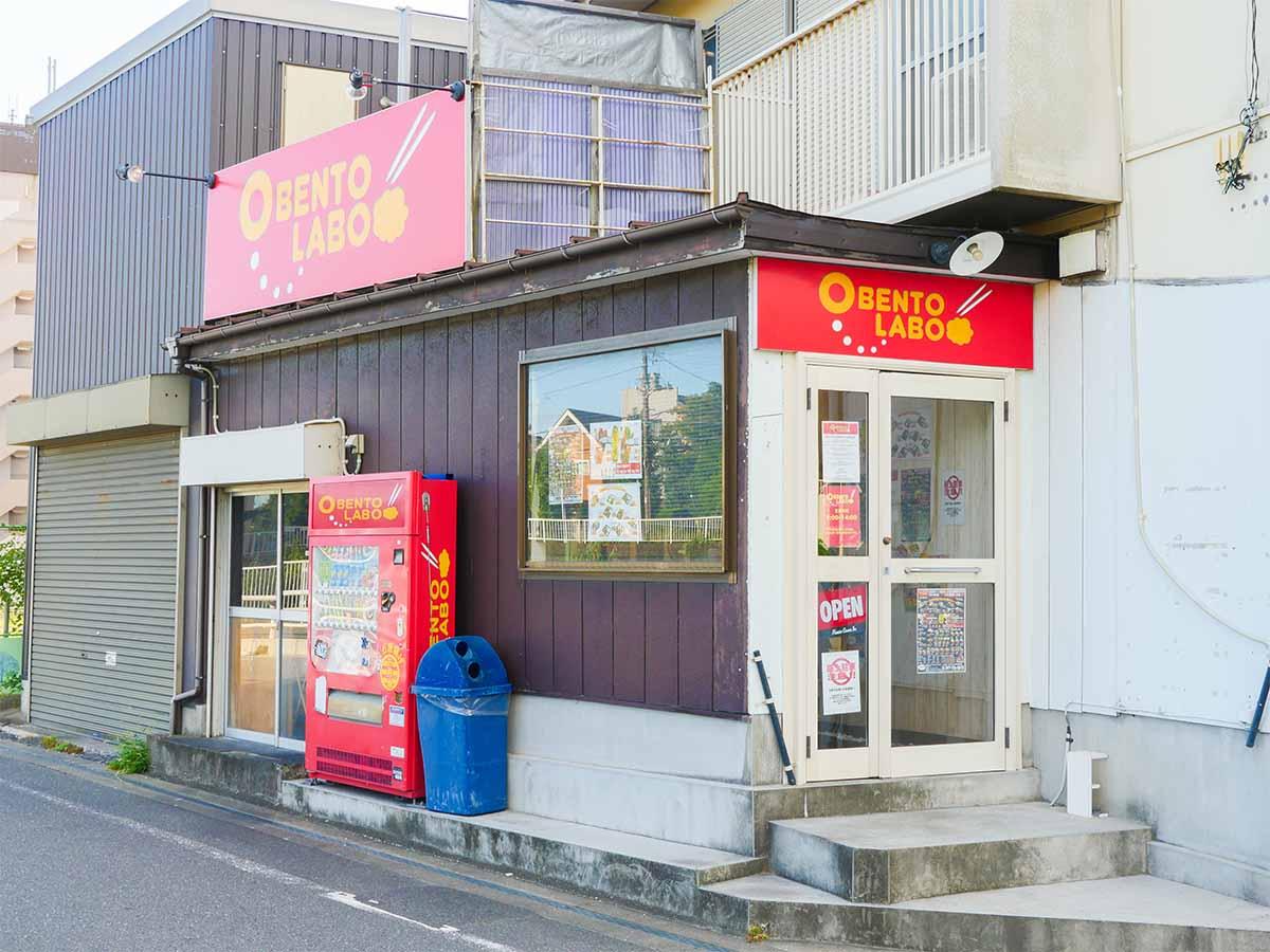 店外観。浦安駅~新浦安駅を結ぶメインストリートから市役所通りへ。浦安高校の近く