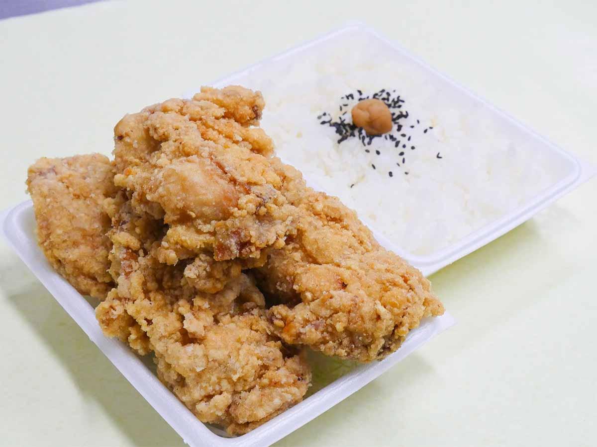 「メガ竜田揚げ弁当(5個入り)」750円。野菜とか漬物とかはなし。肉と梅干ご飯のみの潔さも好き!