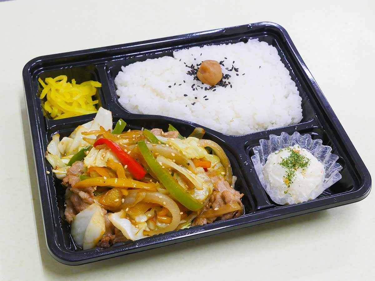 「W肉野菜弁当」650円。肉野菜炒めの下には千切りキャベツが敷いてあり、タレを吸ってうまい~!