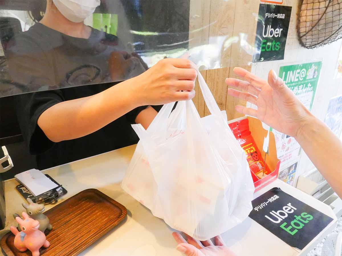 電話での予約注文も可能「1枚肉を揚げている、たっぷりタルタルの『ギガ竜田南蛮弁当』(650円)も人気ですよ~」(マネージャーの安本さん)