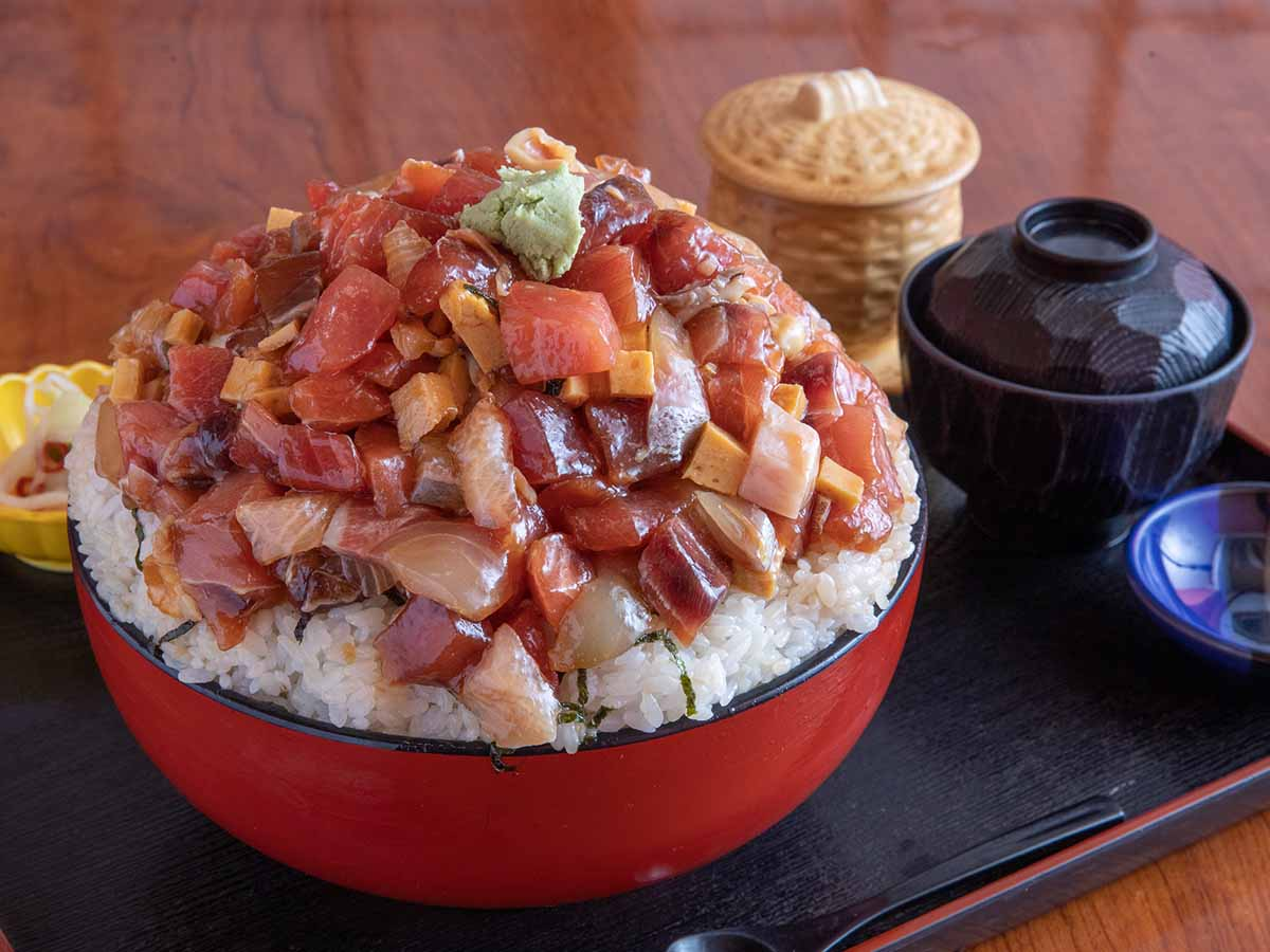 1200円で約2.5kg!『玄海寿司』(東大宮)でメガ盛りすぎる「海鮮丼」を食べてきた