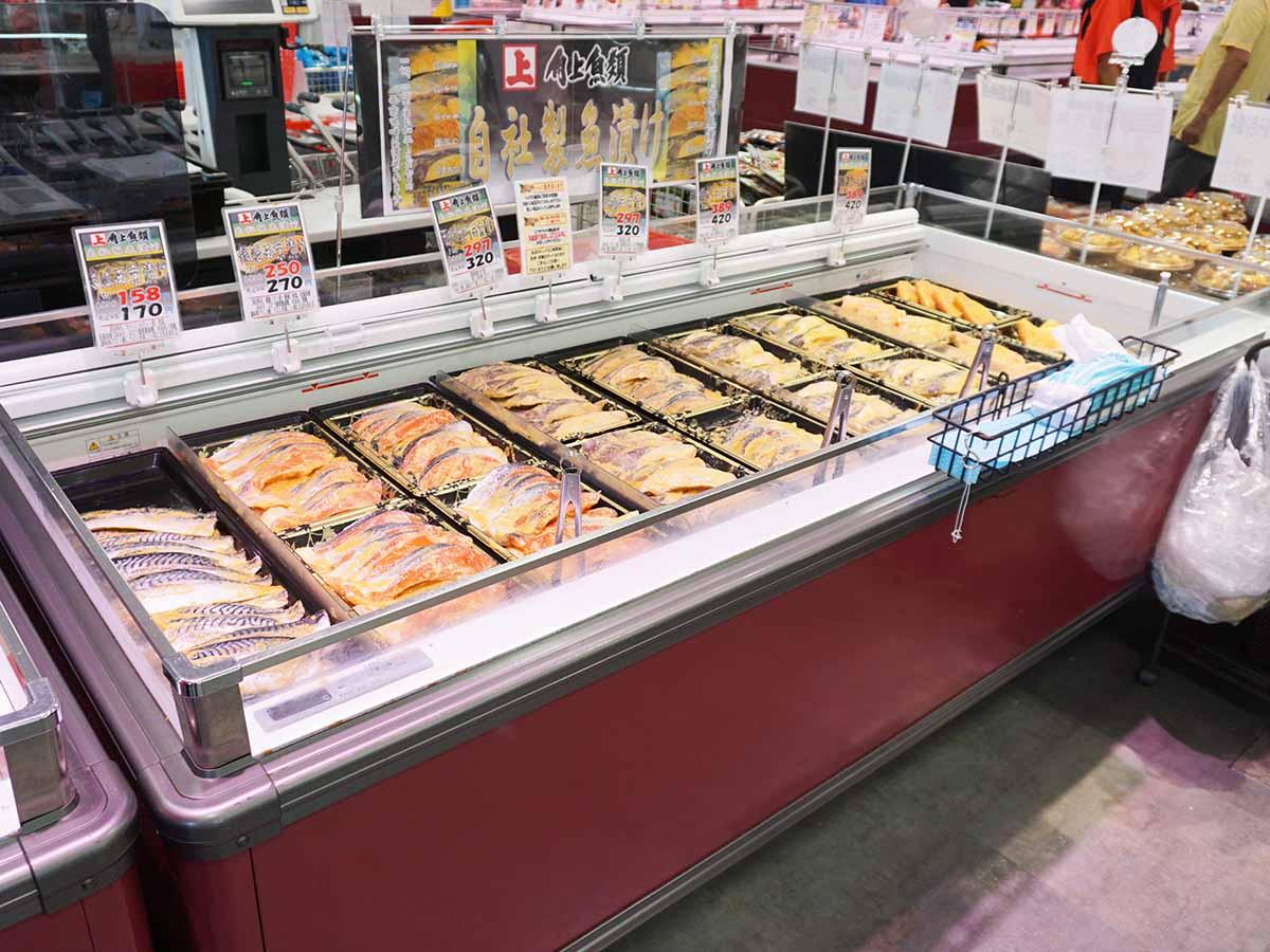 店舗によっては最も目立つ入り口に魚漬けコーナーを設けるところも(日野店)