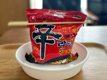 """超人気韓国ドラマ「D.P.」に出てきた「辛ラーメン」の""""袋食べ""""は本当に美味しいのか試してみた!"""
