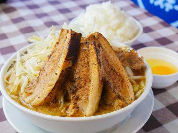 焼豚がそびえ立つ1.7kg!『本気の焼豚 プルプル食堂』(浦安)で「炙り焼豚そば定食」を食べてきた